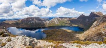 Panorama del lago dove e culla Moutain il giorno soleggiato luminoso Fotografie Stock