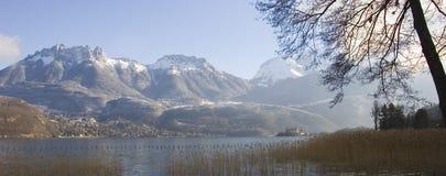 Panorama del lago e dei moutains nevicati annecy Fotografie Stock
