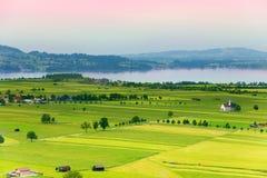 Panorama del lago e del villaggio Fotografia Stock