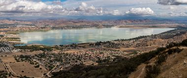 Panorama del lago Elsinore en California Imagenes de archivo