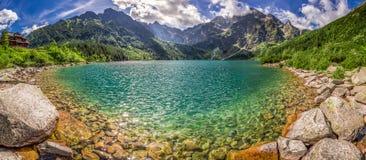 Panorama del lago en el medio de las montañas de Tatra en el amanecer Fotografía de archivo libre de regalías