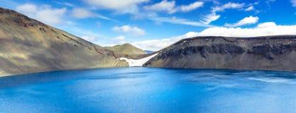 Panorama del lago espectacular del cráter en Islandia Hylur del ¡de Hnausapollur Blà o lago azul del cráter de la piscina islandi Imágenes de archivo libres de regalías