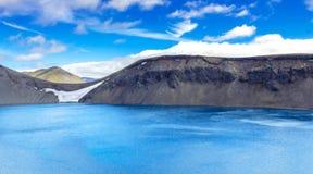 Panorama del lago espectacular del cráter en Islandia Hylur del ¡de Hnausapollur Blà o lago azul del cráter de la piscina Fjallab Foto de archivo libre de regalías