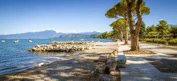 Panorama del lago Garda cerca de la ciudad de Lazise en la región de Lombardía, Ital fotos de archivo libres de regalías
