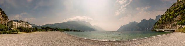 Panorama del lago Garda, Italia de la orilla Imagen de archivo