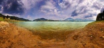 Panorama del lago in giorno nuvoloso Immagini Stock Libere da Diritti