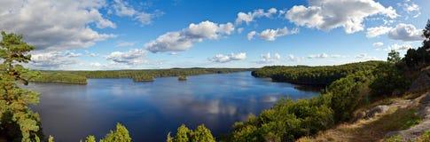 Panorama del lago idílico en Suecia Fotografía de archivo libre de regalías