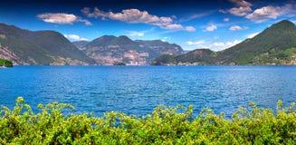Panorama del lago Iseo, un giorno soleggiato luminoso Fotografie Stock Libere da Diritti