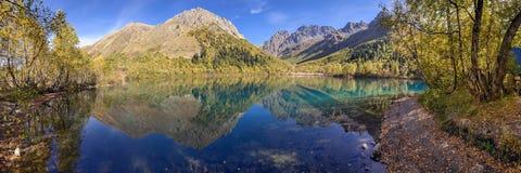 Panorama del lago Kardyvach Reserva caucásica de la biosfera Fotografía de archivo