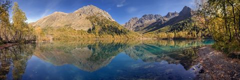 Panorama del lago Kardyvach Rusia, región de Krasnodar Imagen de archivo libre de regalías