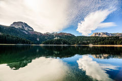 Panorama del lago nero (jezero) di Crno, Durmitor, Montenegro Immagine Stock