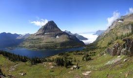 Panorama del lago ocultado en Parque Nacional Glacier Imagen de archivo