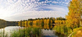 Panorama del lago otoñal Fotografía de archivo