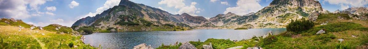 Panorama del lago Pirin de la montaña Fotos de archivo