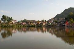 Panorama del lago sagrado Revalsar Himachal Pradesh, la India foto de archivo