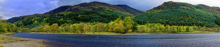 Panorama del lago scozzese in autunno fotografia stock