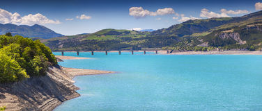 Panorama del lago Serre-Poncon Fotos de archivo libres de regalías