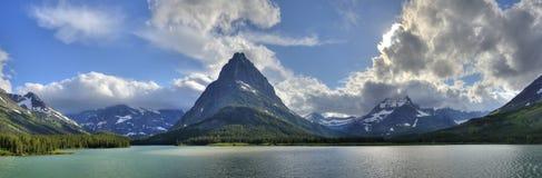 Panorama del lago Swiftcurrent del Glacier National Park Immagine Stock