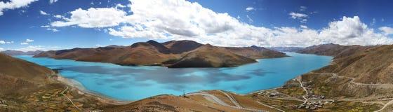 Panorama del lago Yamdrok Foto de archivo libre de regalías