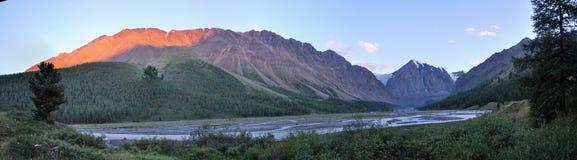 Panorama del macizo y del río de la montaña foto de archivo libre de regalías