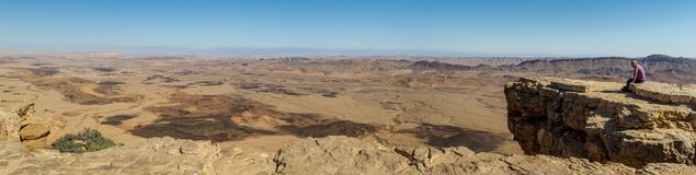 Panorama del Makhtesh Ramón en el desierto del Néguev, Israel Foto de archivo