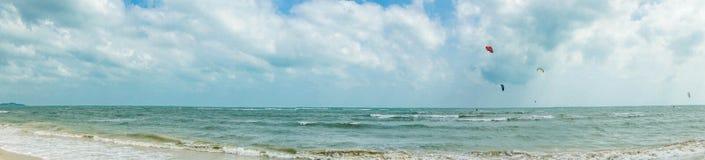 Panorama del mar con las personas que practica surf de la cometa Imágenes de archivo libres de regalías