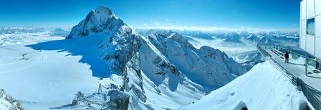 Panorama del massiccio della montagna di Dachstein di inverno. Immagine Stock