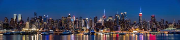 Panorama del Midtown de Nueva York en la oscuridad Fotos de archivo libres de regalías