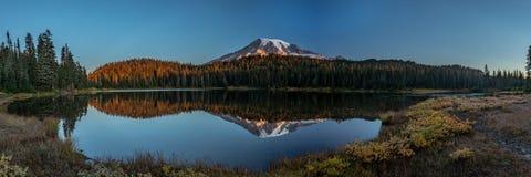 Panorama del monte Rainier e dei laghi reflection fotografia stock libera da diritti