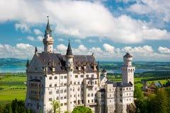 Panorama del Neuschwanstein, paesaggio Immagine del castello di fiaba vicino a Monaco di Baviera Immagine Stock