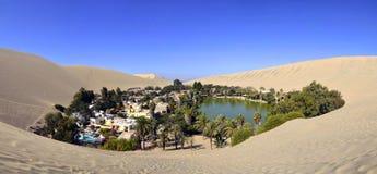 Panorama del oasis de Huacachina cerca de AIC Perú Fotos de archivo