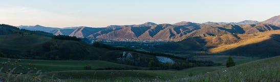 Panorama del paesaggio del villaggio nella sera Immagine Stock