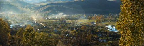 Panorama del paesaggio del villaggio nella sera Immagini Stock