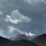 Panorama del paesaggio dell'alta montagna dell'Himalaya Fotografia Stock