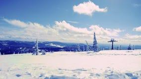 Panorama del paesaggio della catena montuosa della neve con cielo blu e le nuvole 1920x1080 video d archivio