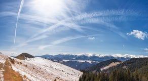 Panorama del paesaggio della catena montuosa della neve con cielo blu fotografie stock libere da diritti