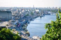 Panorama del paesaggio della città, distretto storico con l'argine del fiume della città Kiev immagine stock libera da diritti