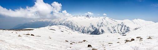 Panorama del paesaggio della neve della montagna sola Immagini Stock
