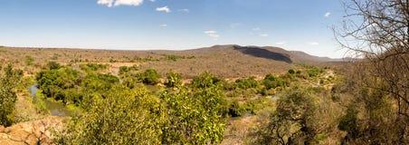 Panorama del paesaggio della savanna con il fiume nello Swaziland Immagine Stock