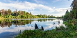Panorama del paesaggio di estate sul lago nel pomeriggio, Russia Ural Fotografia Stock Libera da Diritti
