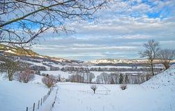 Panorama del paesaggio di inverno nelle montagne svizzere Fotografia Stock