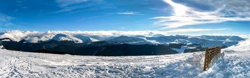 Panorama del paesaggio di inverno, vista scenica del mounta nevoso Fotografia Stock