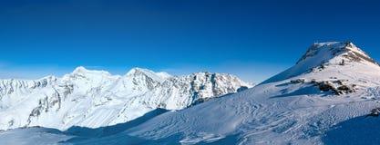 Panorama del paesaggio nevoso della montagna di inverno nella stazione sciistica popolare Immagine Stock Libera da Diritti