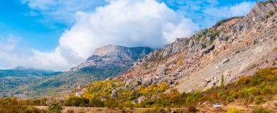 Panorama del paisaje colorido hermoso del otoño en montañas Foto de archivo