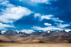 Panorama del paisaje de la alta montaña de Himalaya. India Foto de archivo libre de regalías
