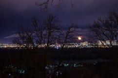 Panorama del paisaje de la ciudad de la noche, cuartos el dormir con las casas altas y cruces foto de archivo libre de regalías