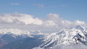 Panorama del paisaje de la cordillera de la nieve con el cielo azul almacen de metraje de vídeo