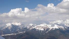 Panorama del paisaje de la cordillera de la nieve con el cielo azul almacen de video