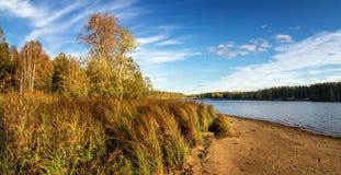 Panorama del paisaje hermoso del otoño con el lago y el bosque en el banco de Rusia, los Urales Foto de archivo