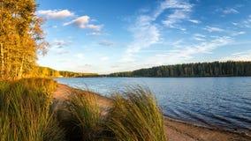 Panorama del paisaje hermoso del otoño con el lago y el bosque en el banco de Rusia, los Urales Foto de archivo libre de regalías
